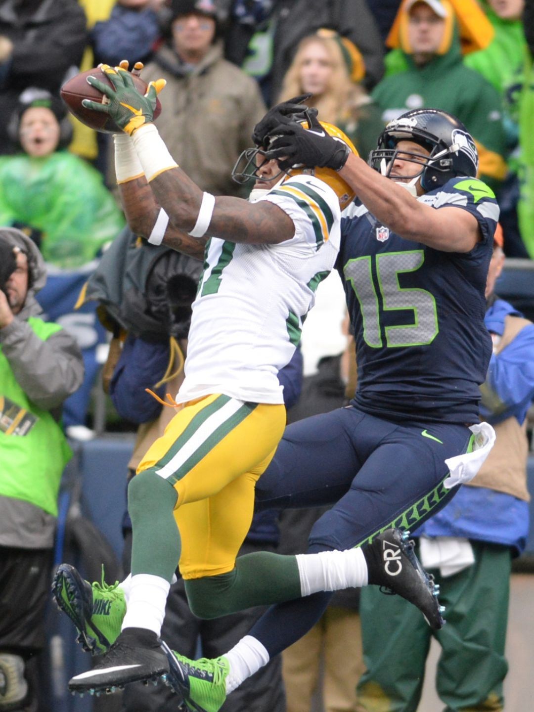 Packers safety Sam Shields intercepts apass in front of