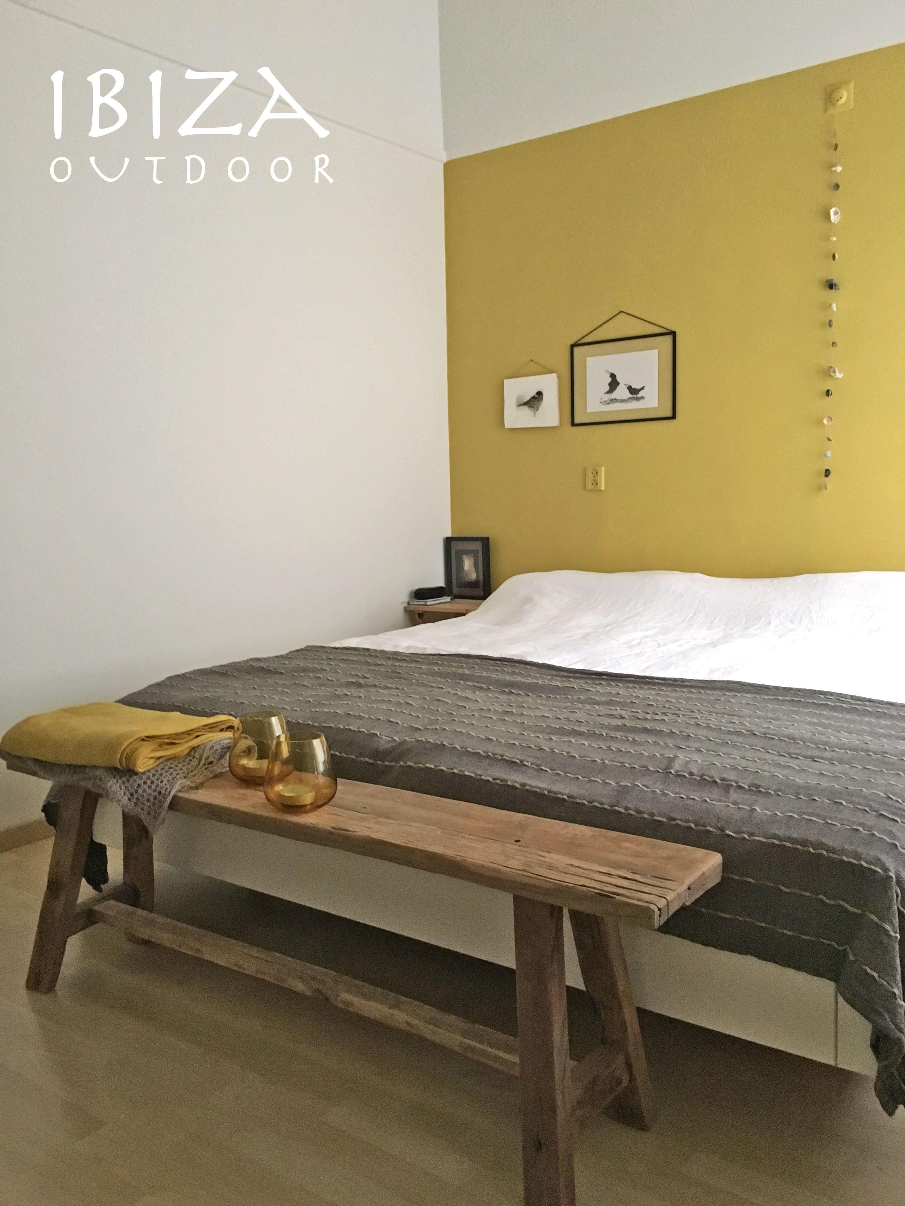 Leuke foto ontvangen met het oud houten bankje in de slaapkamer ...