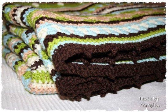 lijntje scrapt, Hij is klaar mijn eerste as we go stripey deken. Met dank aan http://littlewoollie.blogspot.nl/2011/10/mixed-stripey-blanket-end-tadah.html