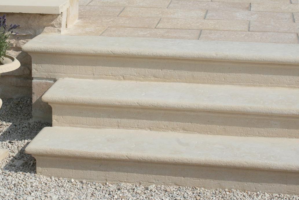 Marche escalier massive moulurée en pierre reconstituée, gamme ...