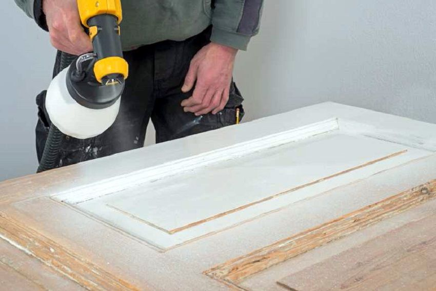 t ren lackieren l sst sich bei einer renovierung ganz einfach selber erledigen und bringt. Black Bedroom Furniture Sets. Home Design Ideas