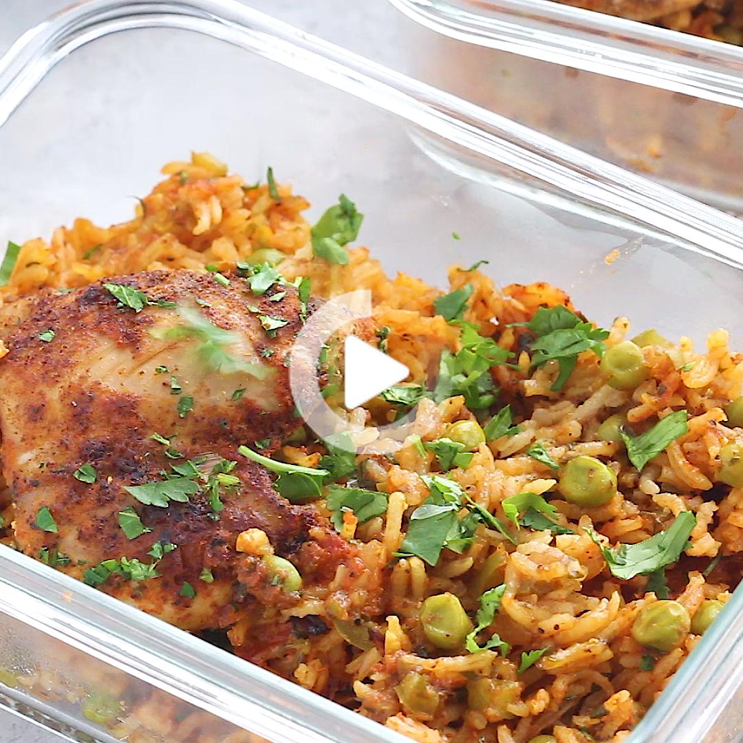 Mama Puerto Rico Chicken And Rice Znany Rowniez Jako Arroz Con Pollo Ten Pan Obiad Jest Wykonany Z Domowym Adobo Przyprawionego In 2020 Cooking Dinner Chicken Recipes