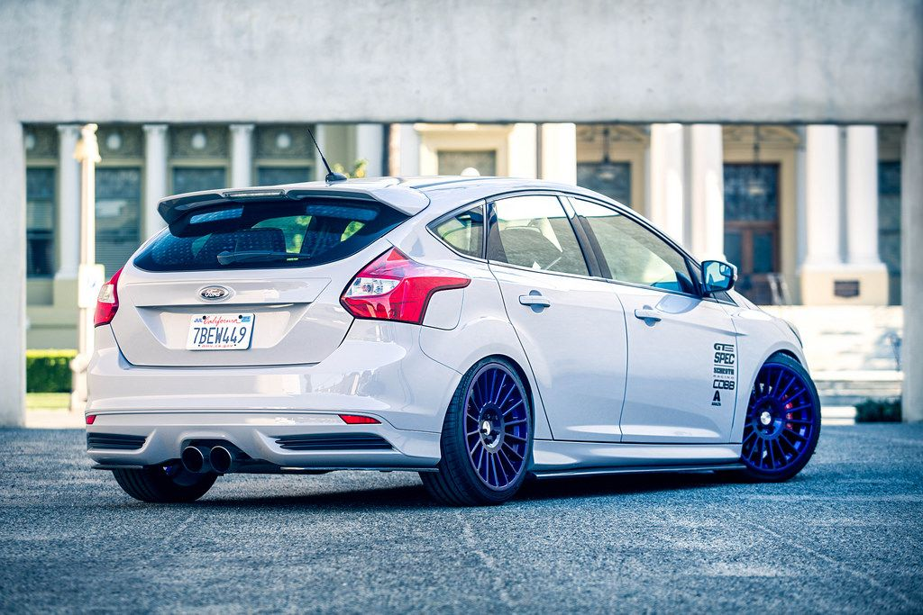 White Low Ford Focus St 3 Racing With Big Purple Rims Amazing Look Ford Focus Ford Focus St Ford Focus 2