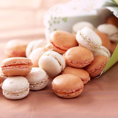 Découvrez la recette Petits macarons blancs et roses sur cuisineactuelle.fr.