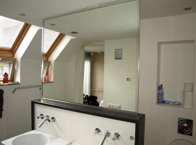 Vrijstaande badkamerspiegel op muurtje in badkamer als afscheiding