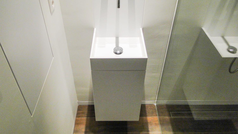 Badkamer ontwerp met op maat gemaakte corian wastafel vola kraan