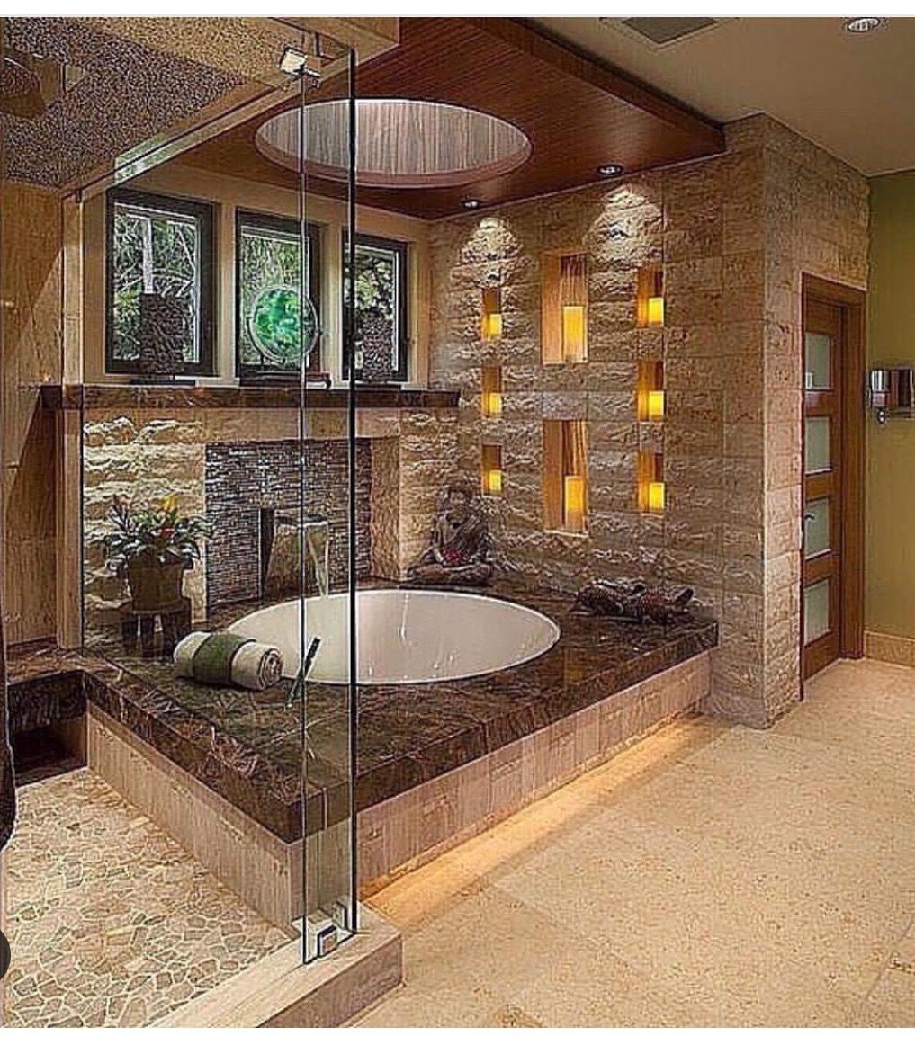 Runde Badewanne Mit Indirekter Beleuchtung über Die Wandnischen Und  Lichtschacht. Modernes Design Und Gemütlich