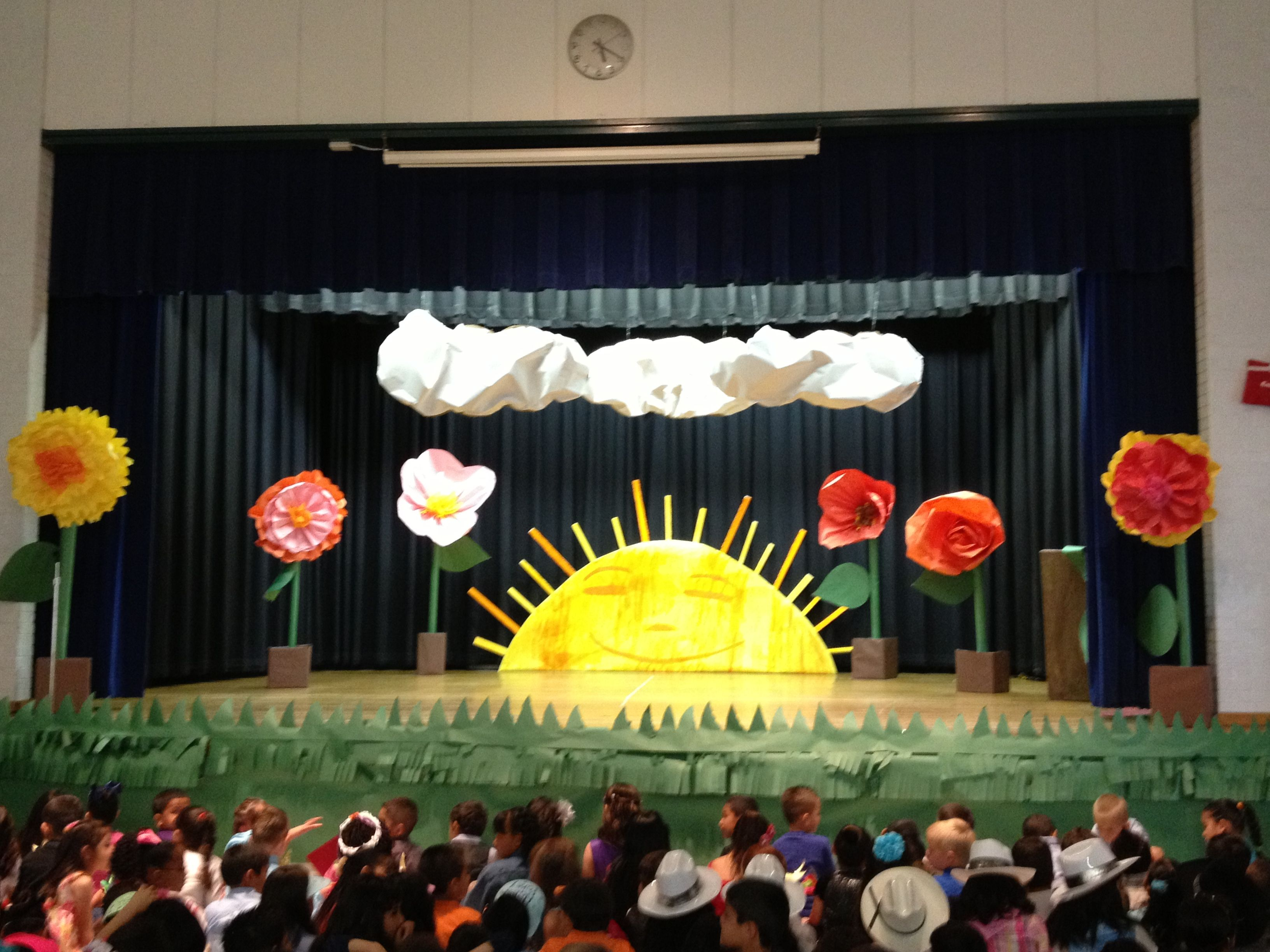 Eric carle stage set up kindergarten pinterest stage for Backdrop decoration ideas