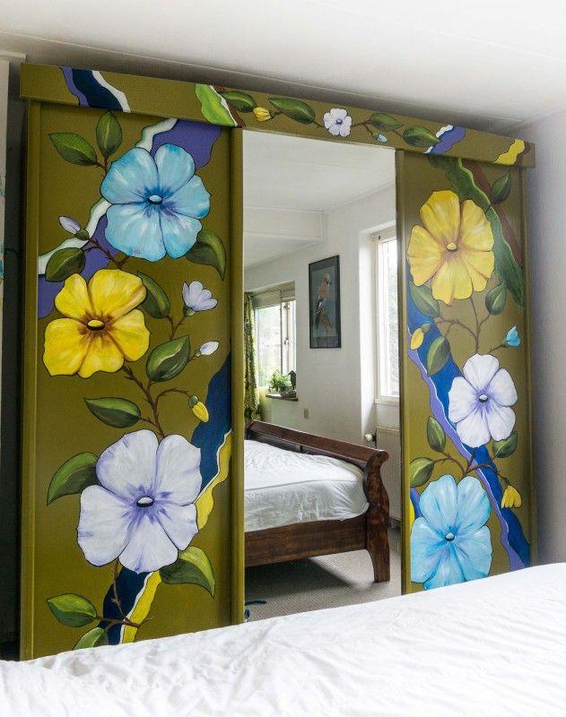 Kledingkast met spiegel en bloemen