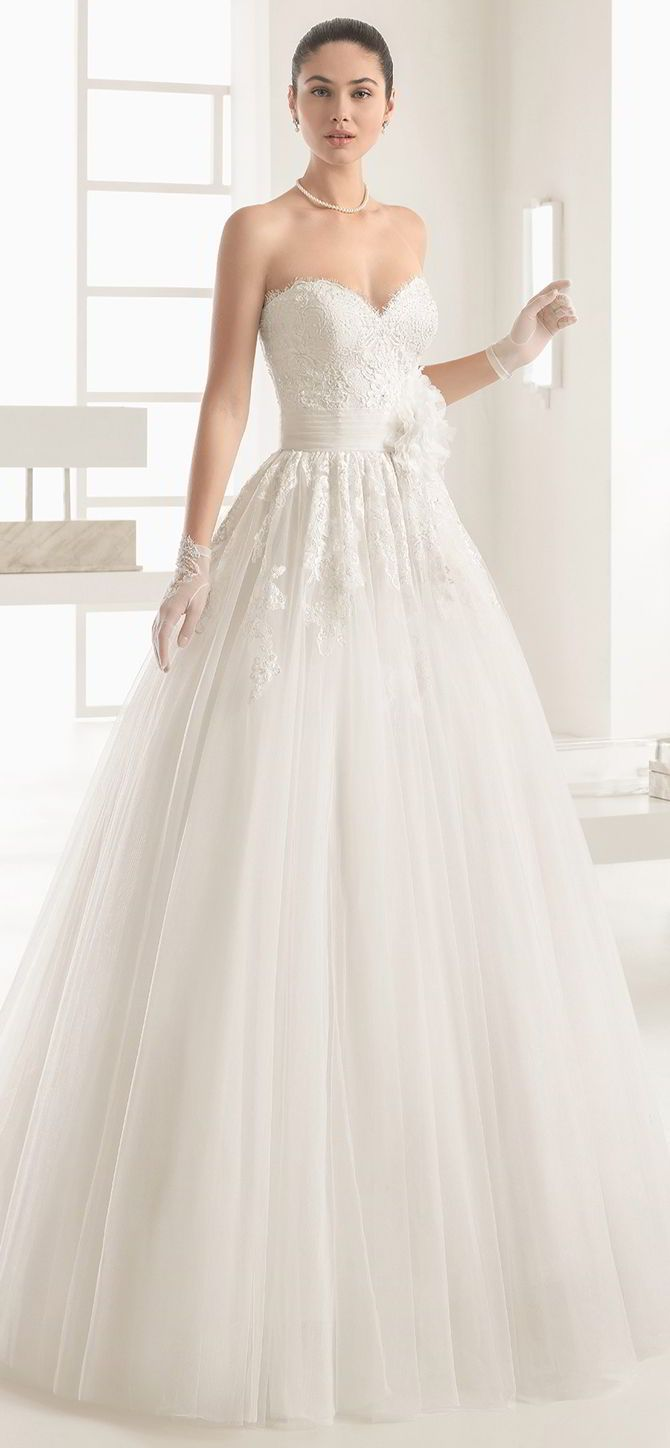 Princess-style dress with beaded lace bodice, sweetheart neckline and tulle skirt with appliqués, in natural.