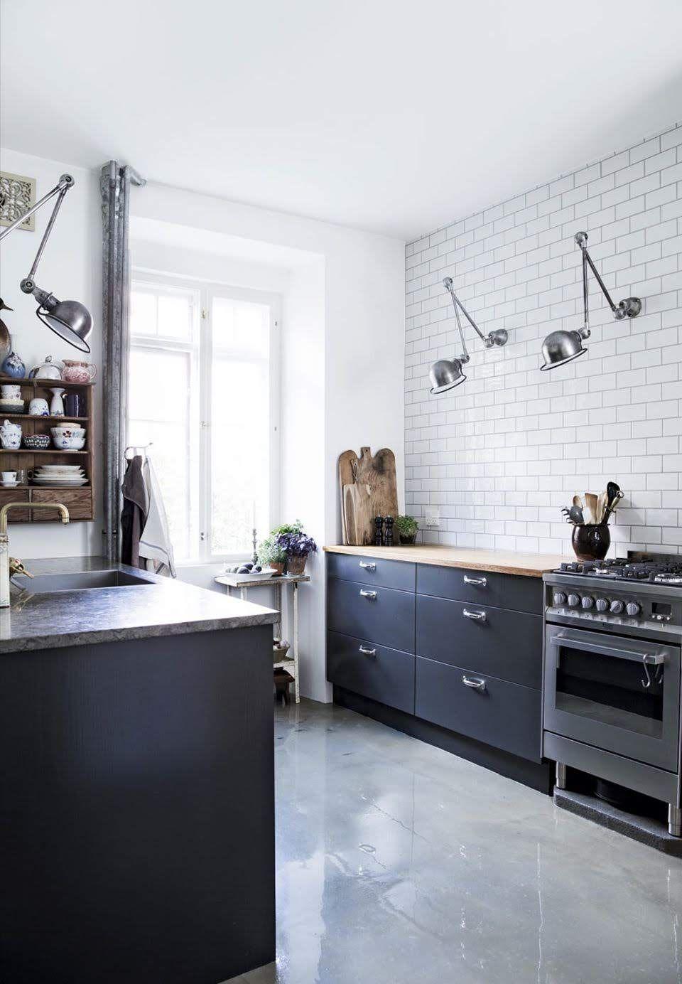 Piso cinza, móveis pretos e azulejo metro white Cozinha