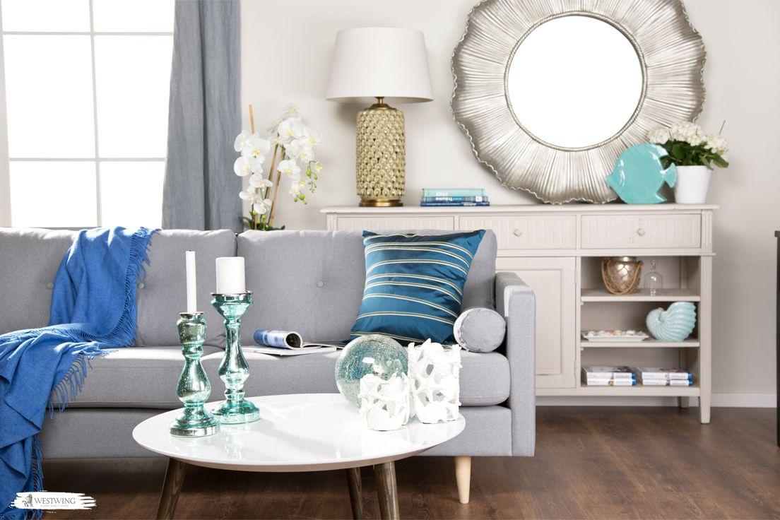 Die Accessoires in kühlen blau-Tönen geben dem Wohnzimmer eine lebendige Frische! Zusammen mit den zarten Sandfarben fühlen wir uns schon fast so, als wären wir direkt am Meer! #livingroom #blue #pillows #maritime