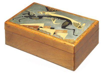 """JEAN DUNAND (1877-1942) & JEAN LAMBERT-RUCKI (1888-1967)    Petit coffret parallélépipédique en bois fruitier, à décor d'antilopes bondissant au dessus d'une végétation stylisée sur le couvercle, en laque noire et crème et marqueterie de bois clair et métal. Signée """"J.Dunand"""". HAUT. 5,5 CM - LONG. 15 - PROF. 9 CM"""