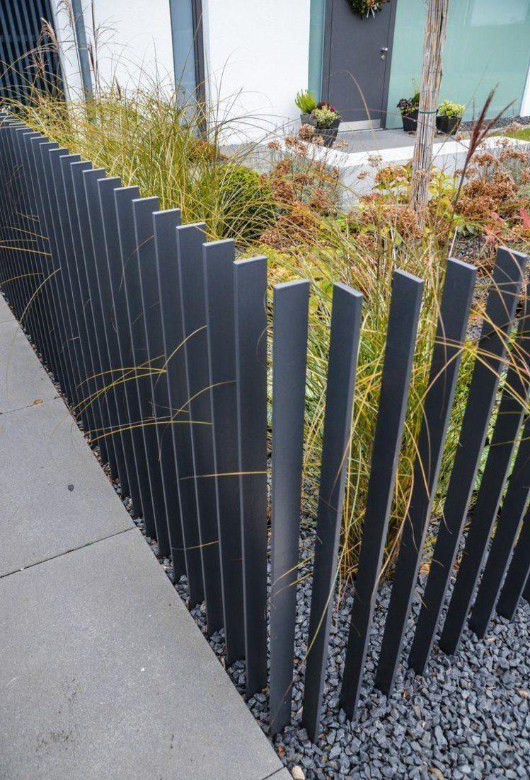 Zaun Im Vorgarten Gestalten Modern Metall Latten Grau Kies Graeser Deko Vorgarten Gestalten Vorgarten Vorgarten Modern