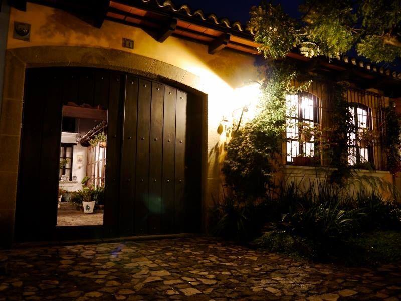 Fachada casa estilo colonial antigua guatemala casas e for Fachadas de casas interiores