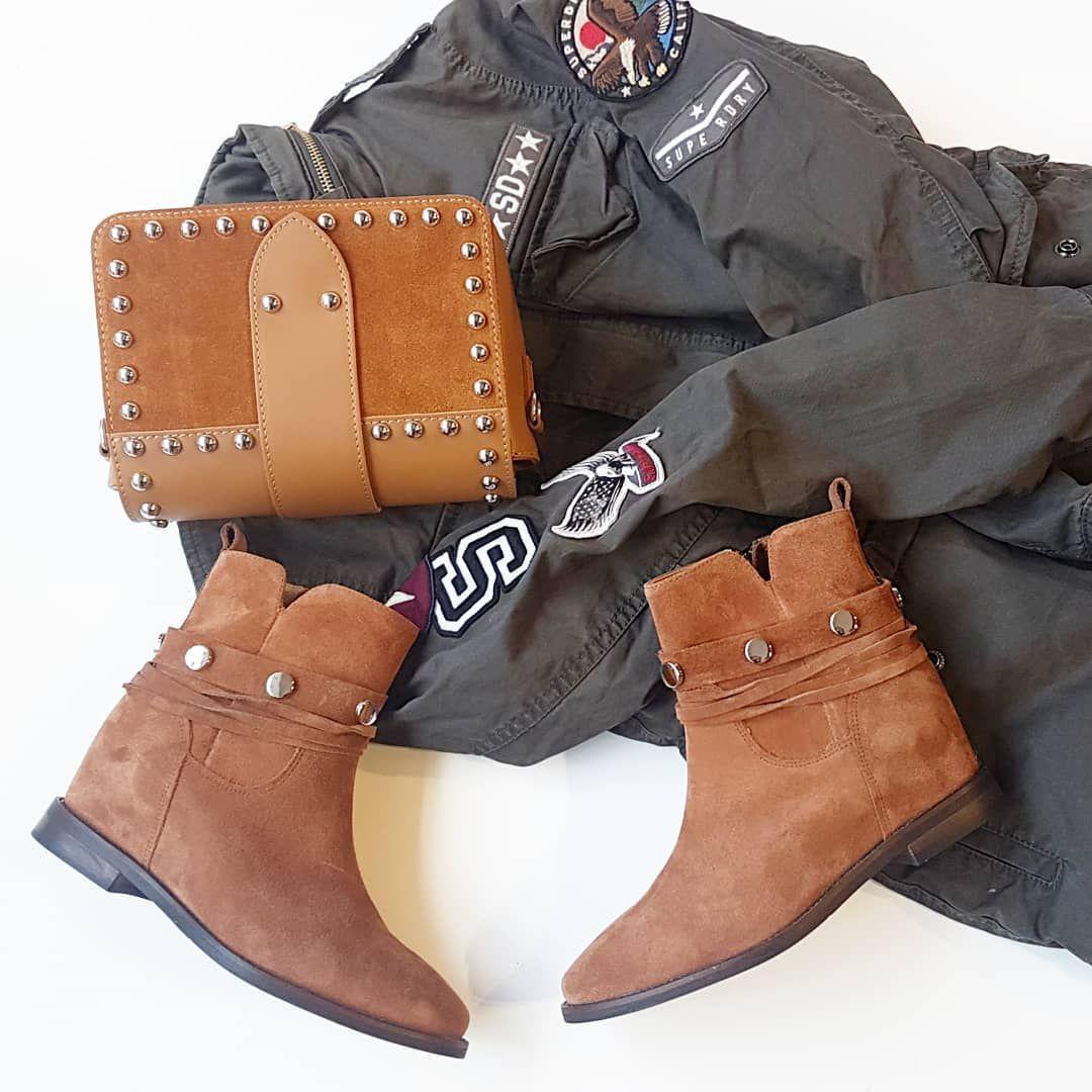 Welurowe Botki Krolujace W Jesiennych Trendach Tego Roku Botki Karino Na Krytej Wygodnej Koturnie Idealnie Pasuja Do Klimatow Bo Biker Boot Shoes Boots