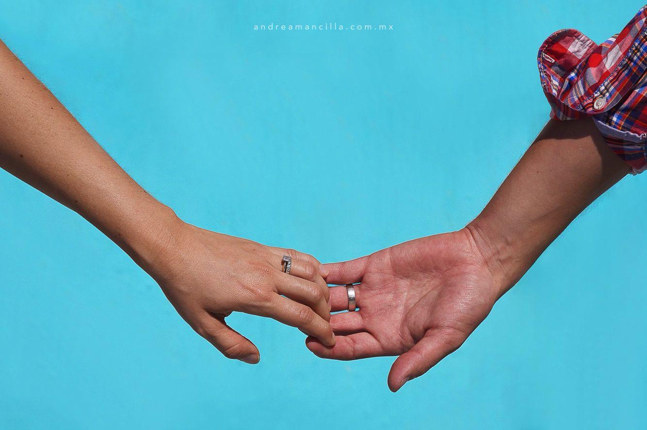 Nunca me sueltes de tu mano.