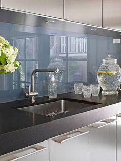Wohnideen für Küche Glasrückwand glanzvoll farben leuchtend chromatisch