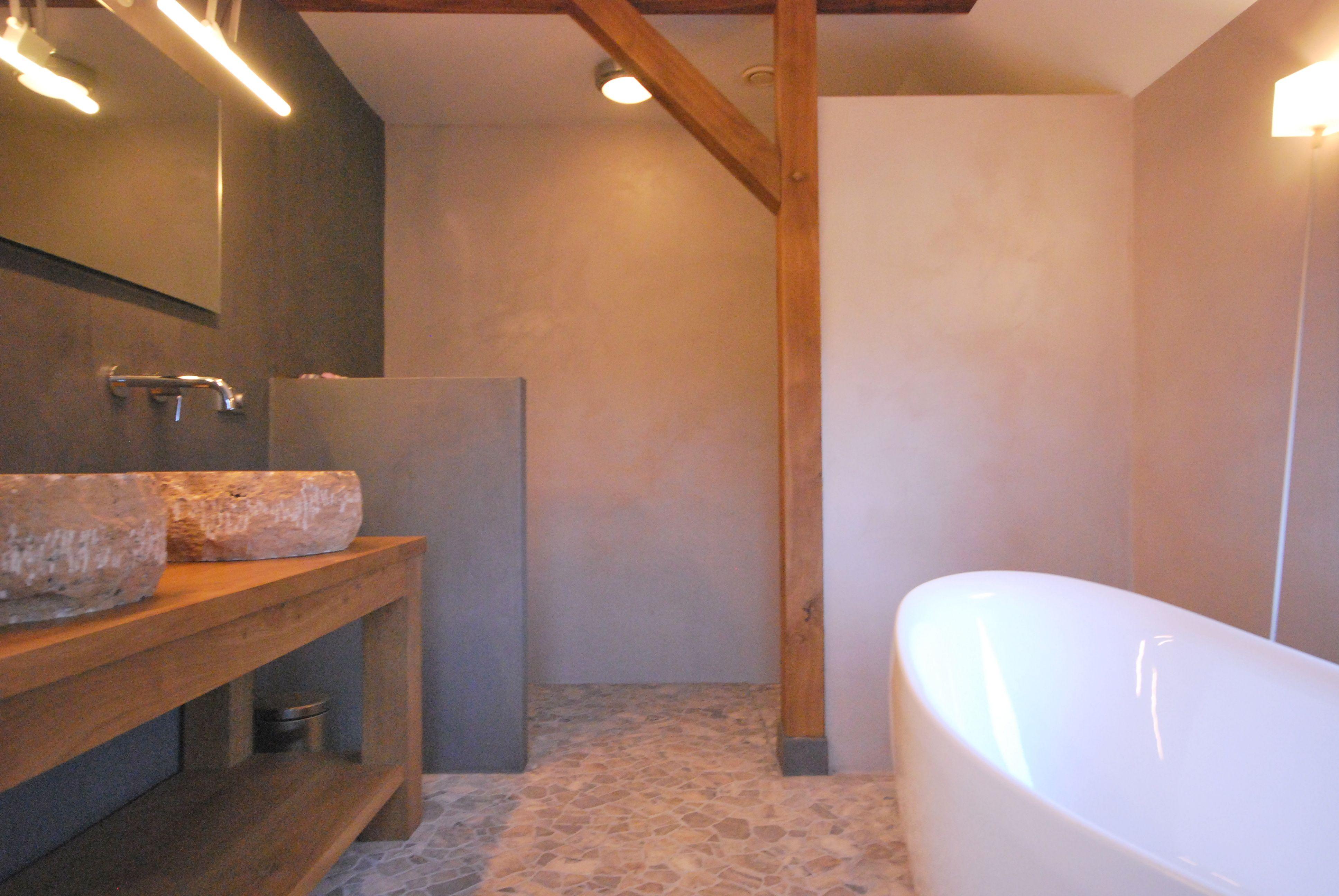 Badkamer met nieuwe eiken houten gebinten in boerderij te Holten ...