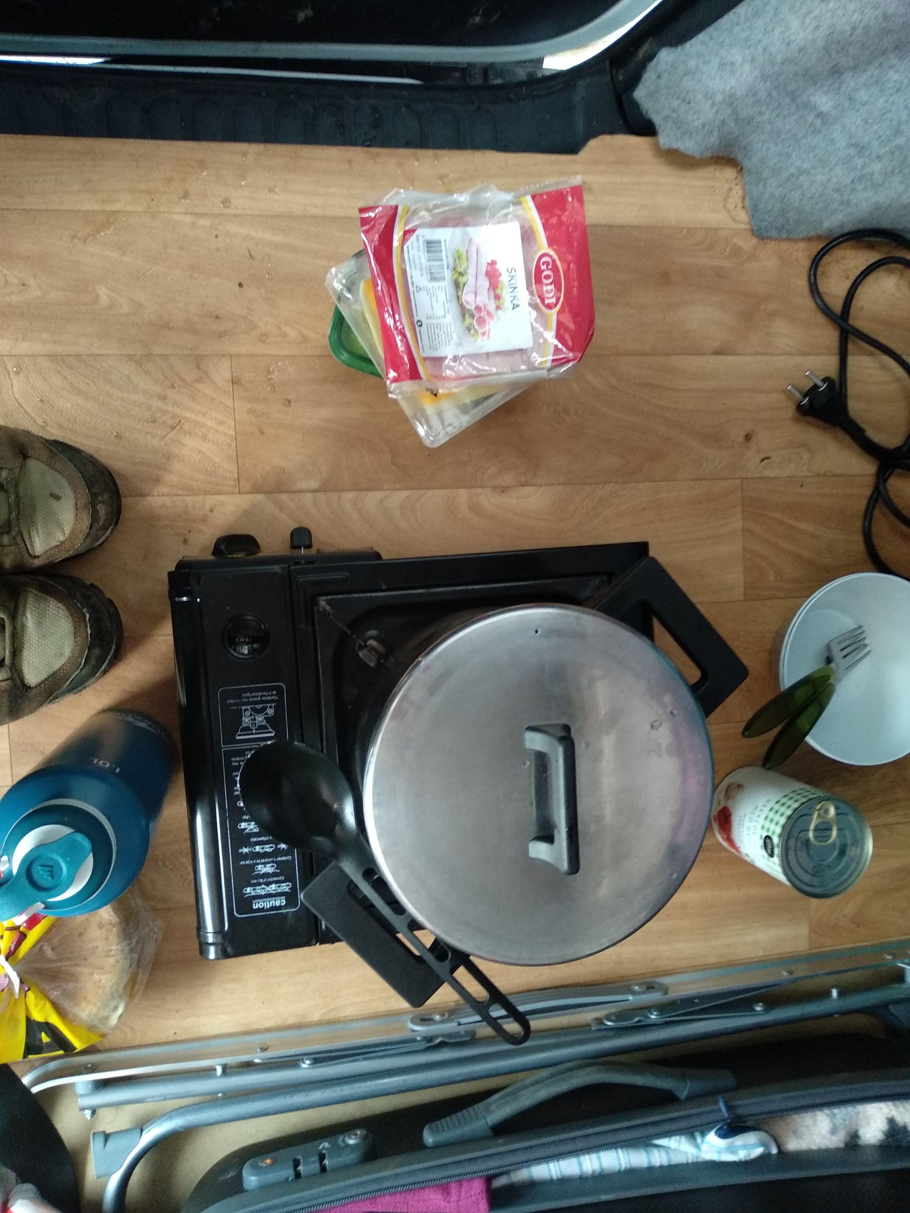 Preparando la cena dentro de la Camper Van. Hay veces que el viento no te deja otra opción.
