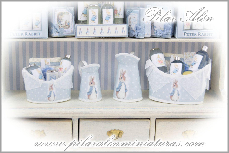 Set baño para casa de muñecas. Jarras, toallas y cestos de perfumes ...