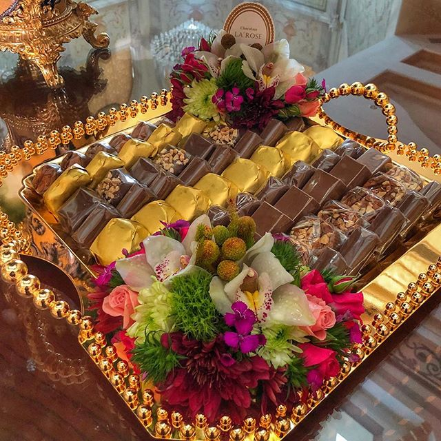 أجود انواع الشوكولاة و الضيافة وتنسيق الزهور و تغليفات الهدايا تجدونها لدى لاروز للطلب و الإستفسار Whatsapp 00 Table Decorations Decor New Homes