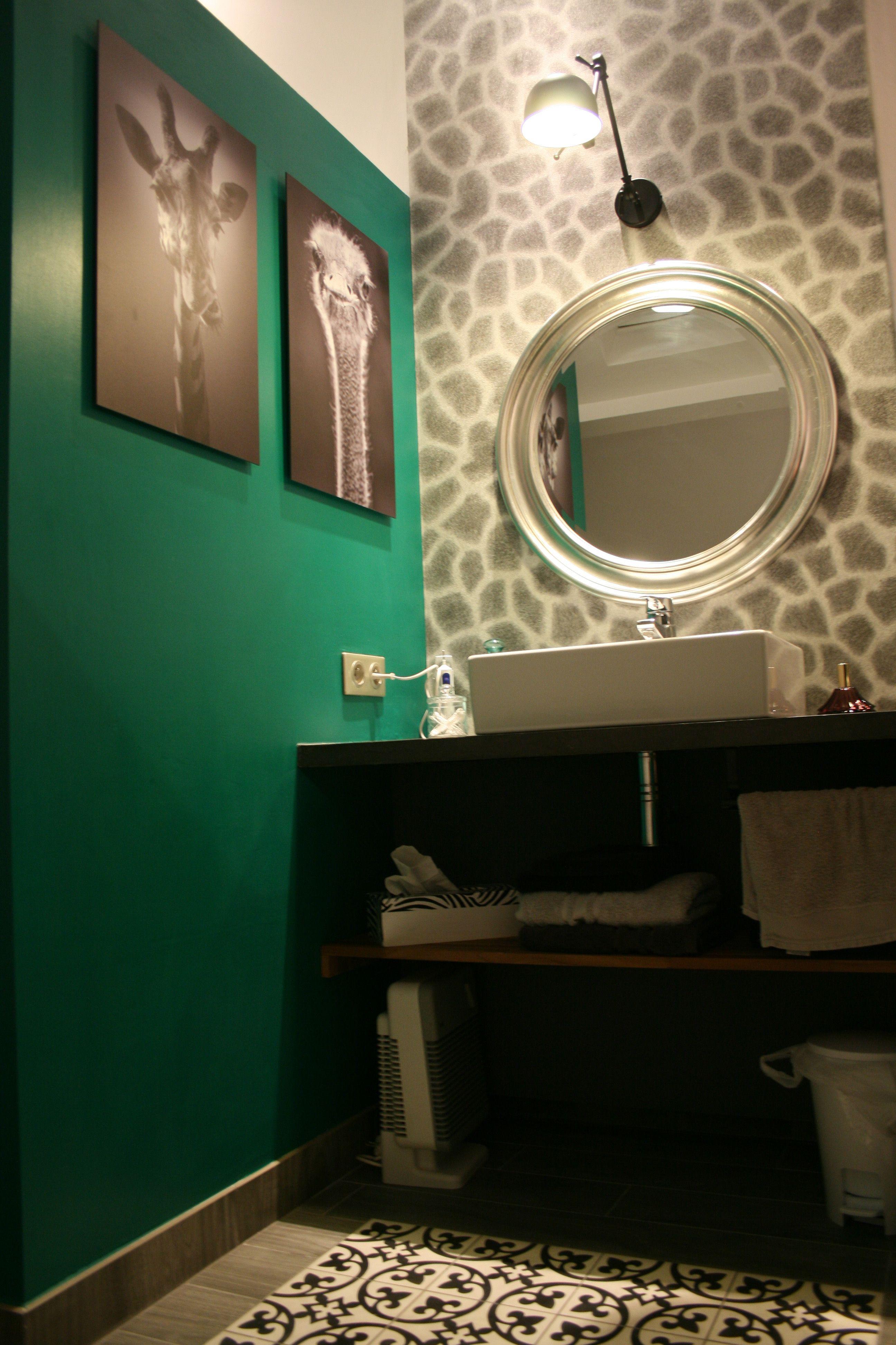 Rénovation salle de bain - papier peint peau de girafe ...