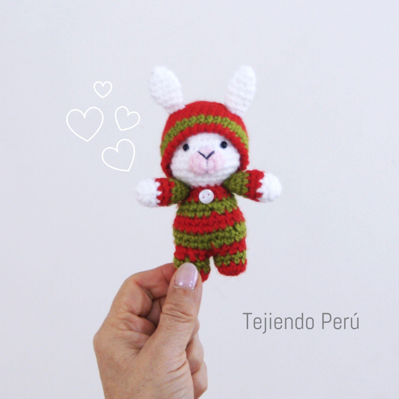 Conejo bebé en pijamas esperando Navidad! Está tejido a crochet ...
