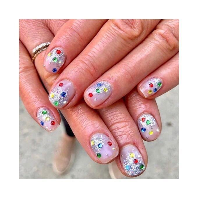 Flores secas en tus uñas: la última tendencia en manicura