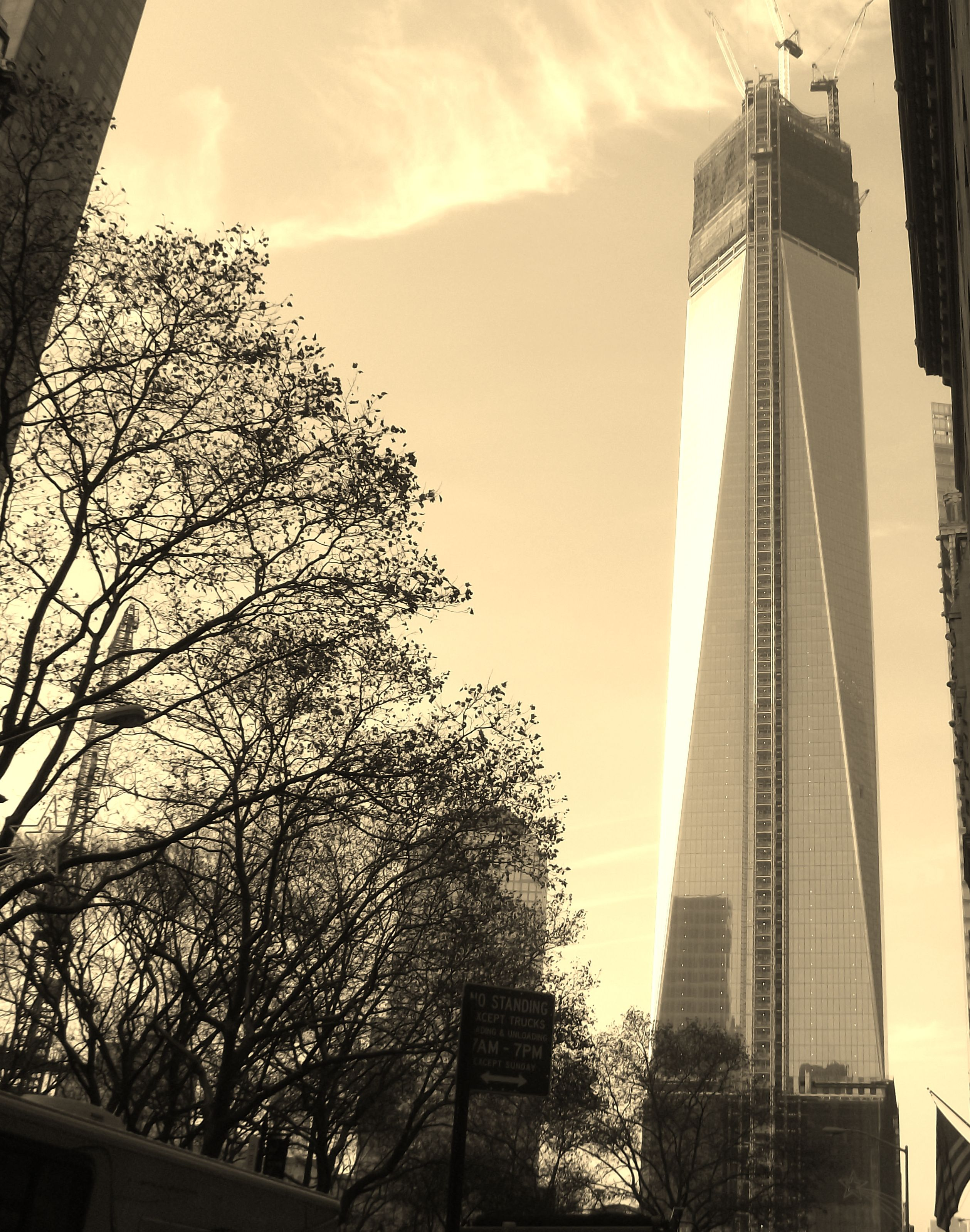 Freedom Tower under construction in New York City ...
