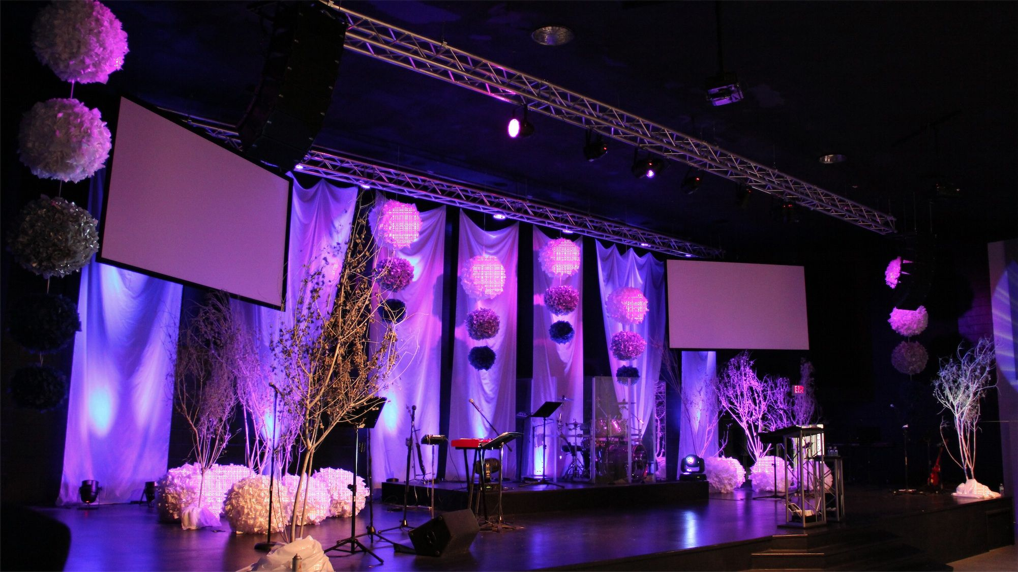 Joey Riggins From Lighthouse Church In Panama City Beach Fl Brings Us This Stage Design Incorporating Pimped Out Paper Lanter Church Stage Wedding Stage Design