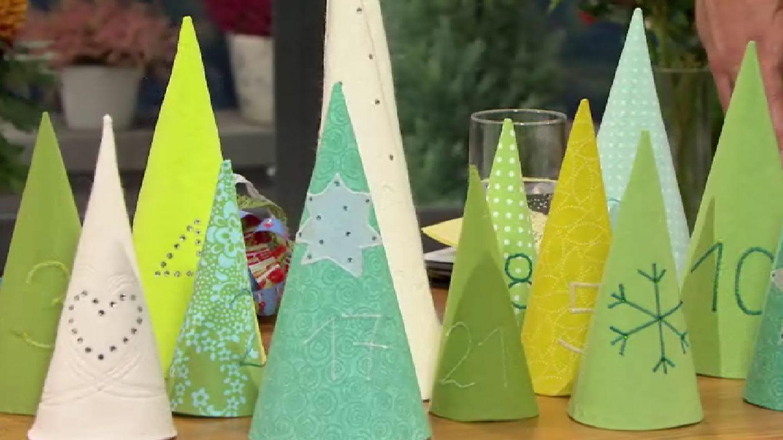 """Ob Sie Ihre Stoffreste verwerten wollen oder Wollfilz kaufen möchten, dieser Adventskalender wird auf jeden Fall ein Hingucker werden! Jedes Bäumchen birgt eine kleine Überraschung unter sich und nicht nur das - auch """"ungefüllt"""" ist der selbst genähte Winterwald eine wunderschöne Weihnachtsdekoration! #stoffresteverwerten Ob Sie Ihre Stoffreste verwerten wollen oder Wollfilz kaufen möchten, dieser Adventskalender wird auf jeden Fall ein Hingucker werden! Jedes Bäumchen birgt eine kle #stoffresteverwerten"""