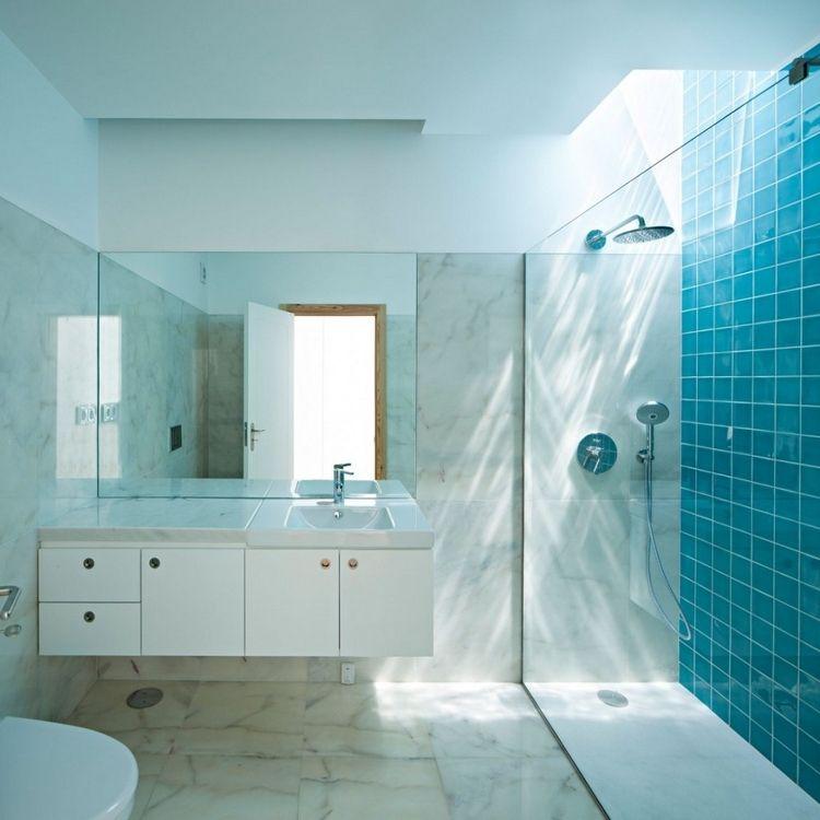 Carrelage salle de bain bleu sarcelle cabine de douche et for Carrelage bleu et blanc salle de bain