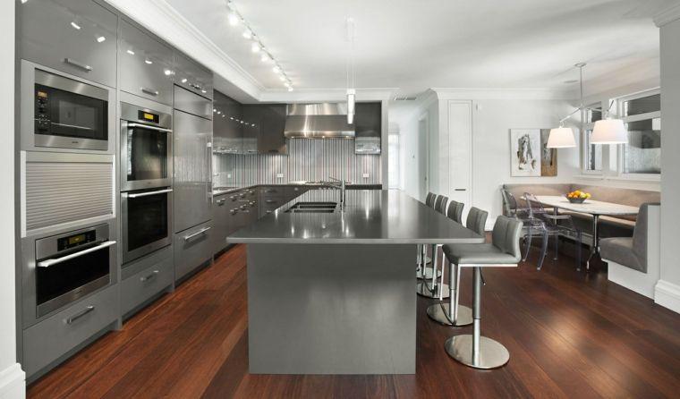 pavimento in parquet scuro, cucina grigia a l con elettrodomestici ...
