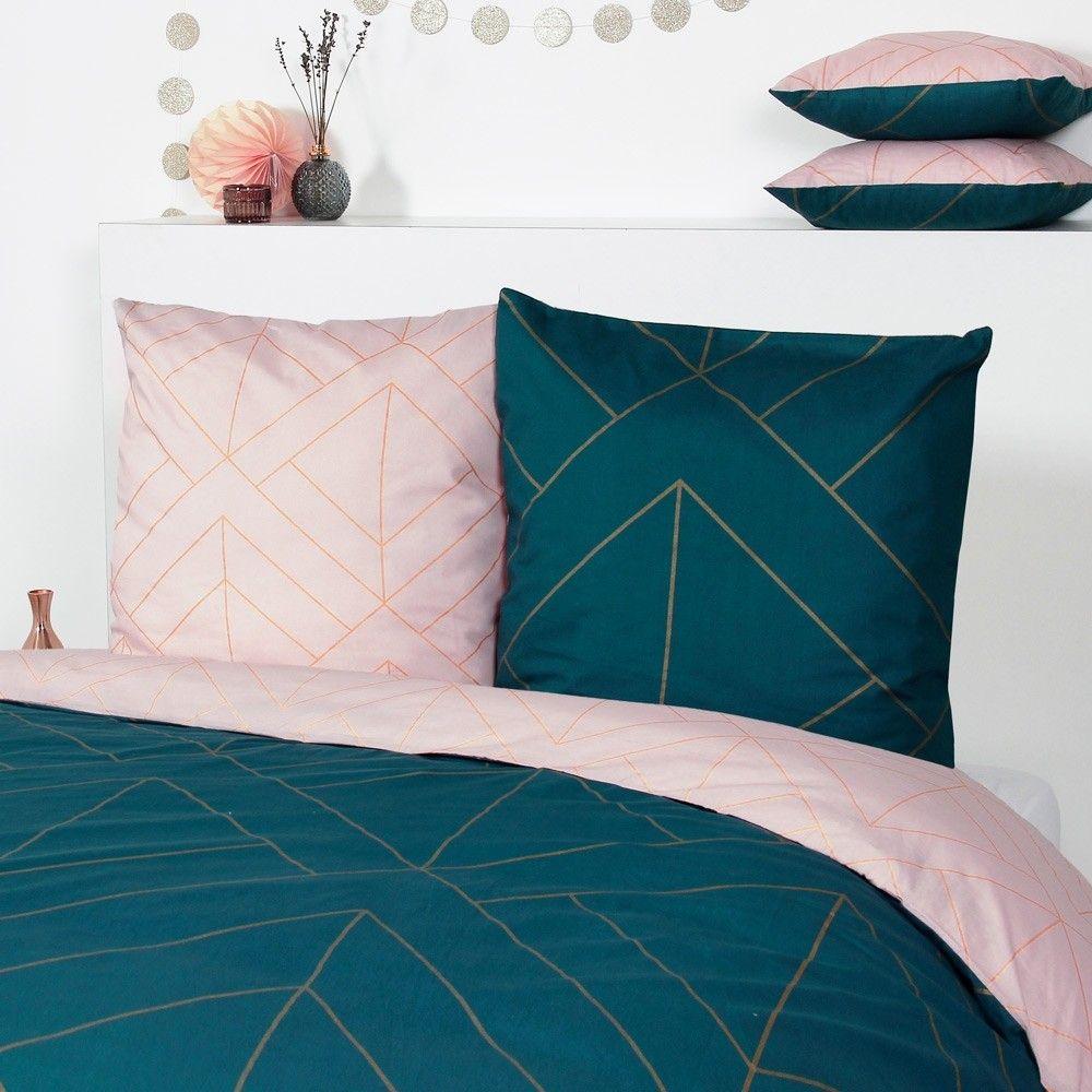 Tous Les Codes De Cette Epoque Habillent Avec Elegance Ce Modele Serenime Imprime Geometrique Dore Et Co Chambre Rose Et Bleu Deco Chambre Rose Parure De Lit