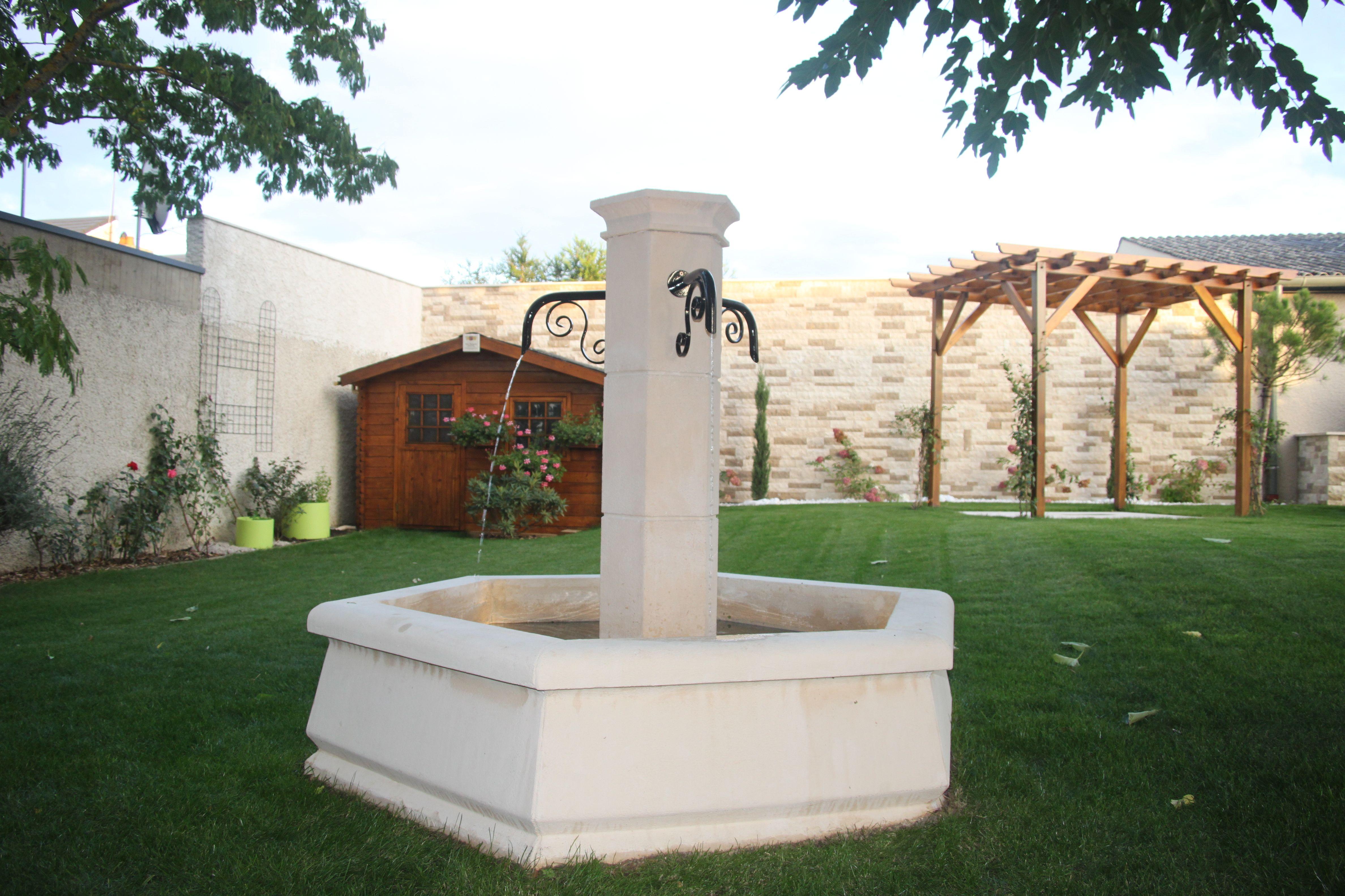 fontaine. Petite fontaine centrale pour village ou jardin, en pierre ...