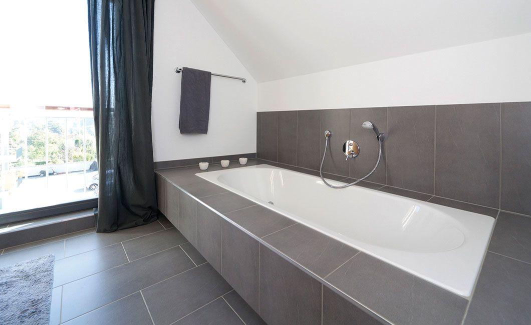 badewanne mit breit gefliester ablage unter dachschr ge badezimmer pinterest badewannen. Black Bedroom Furniture Sets. Home Design Ideas
