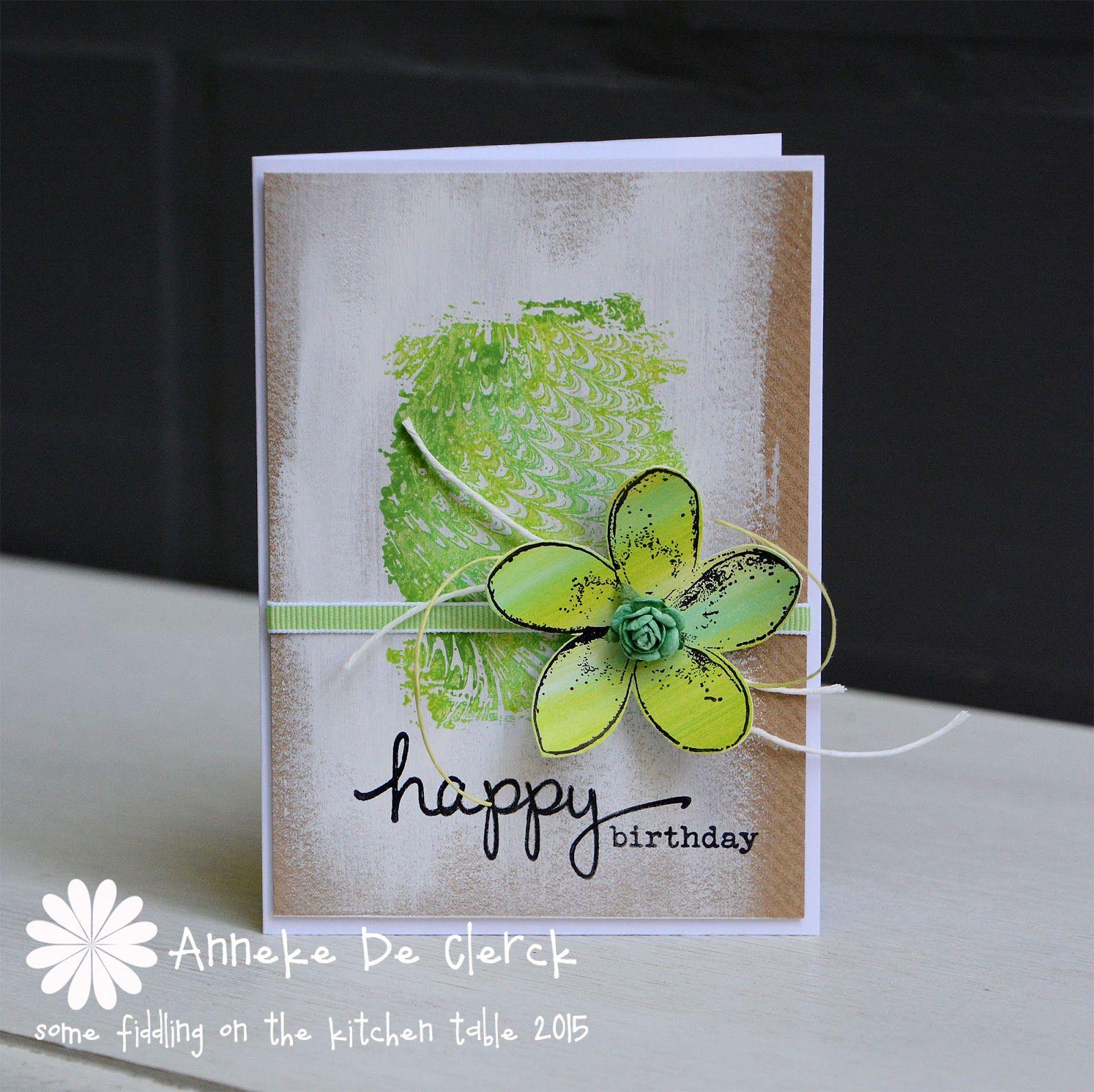 Voor dit kaartje eerst onregelmatige vegen gemaakt op kraft papier metwitte acrylverf.     I started with making rough brush strokes o...