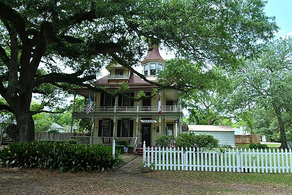 404 S Beauregard St Alvin Tx 77511 Zillow Victorian Homes Old House Dreams Historic Home