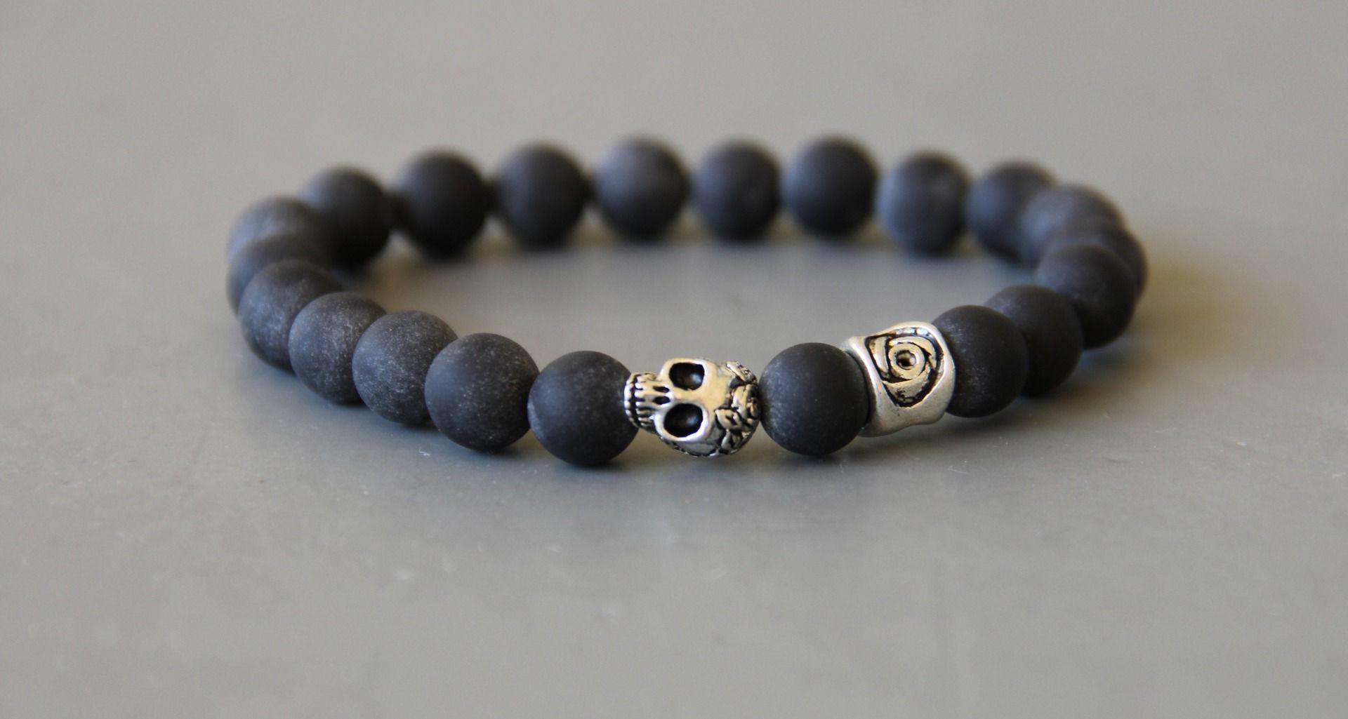 Bracelet perles noires skull (tête de mort ) et sur onyx mat