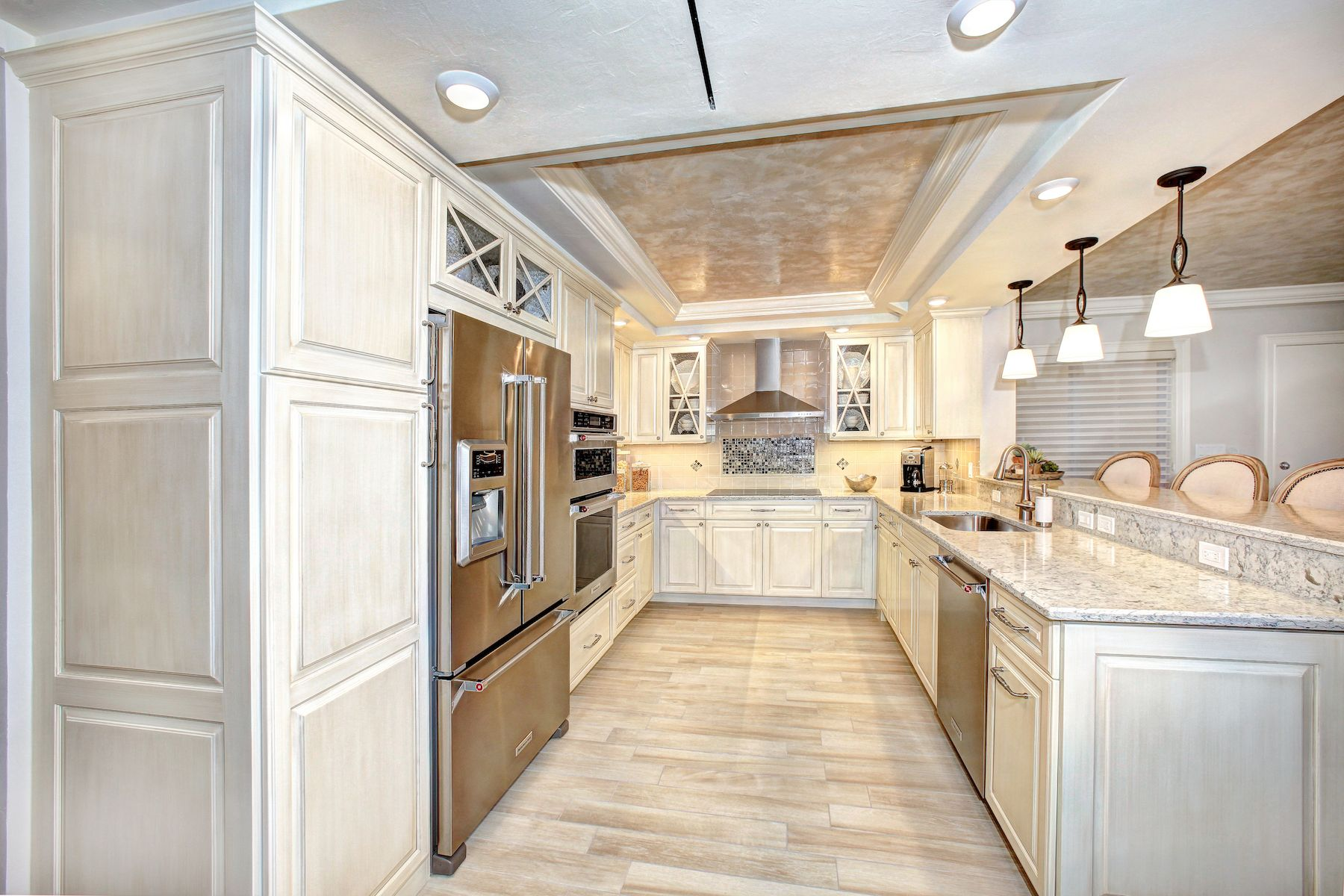 Woodharbor Cabinetry in Coastal White with Latte brushed ...
