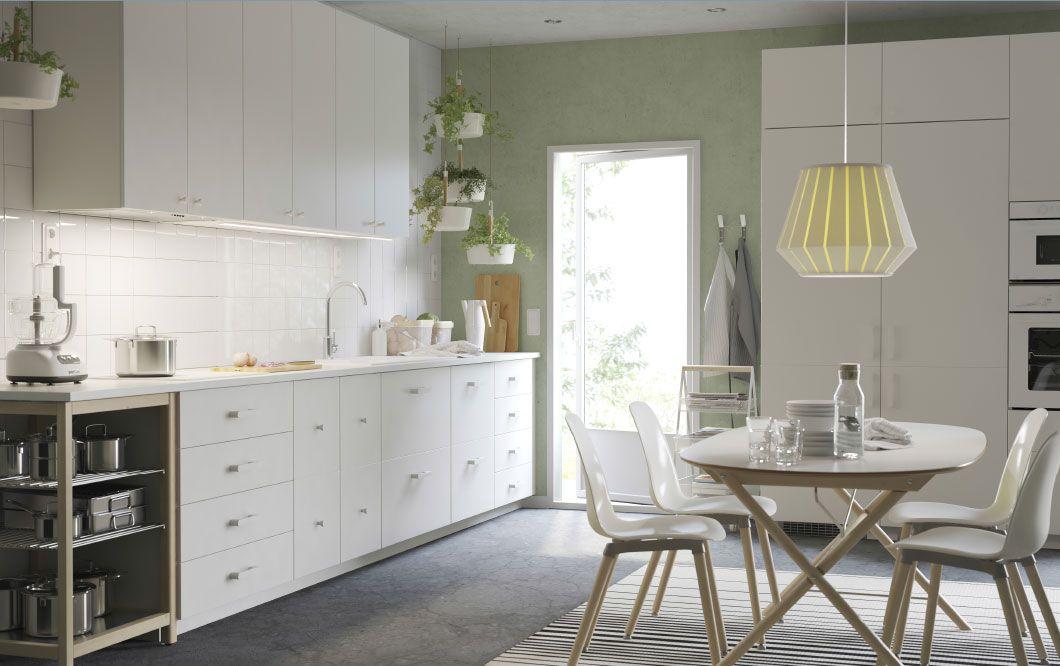 Eine große Küche mit VEDDINGE Fronten in Weiß und weißen ...