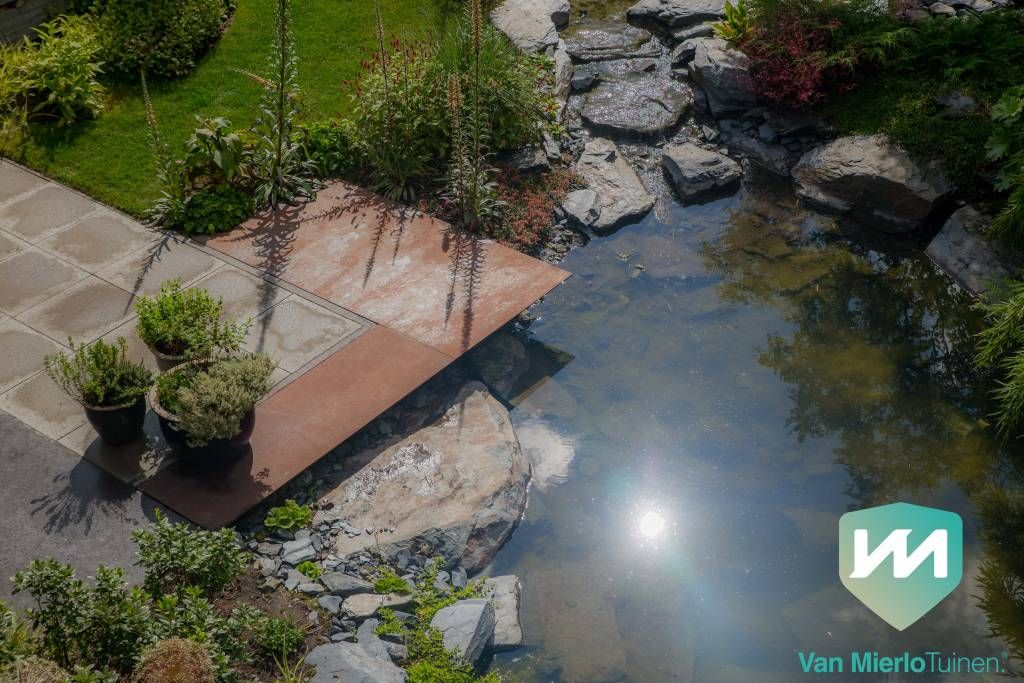 Strakke natuurtuin met rotsvijver van mierlo tuinen water