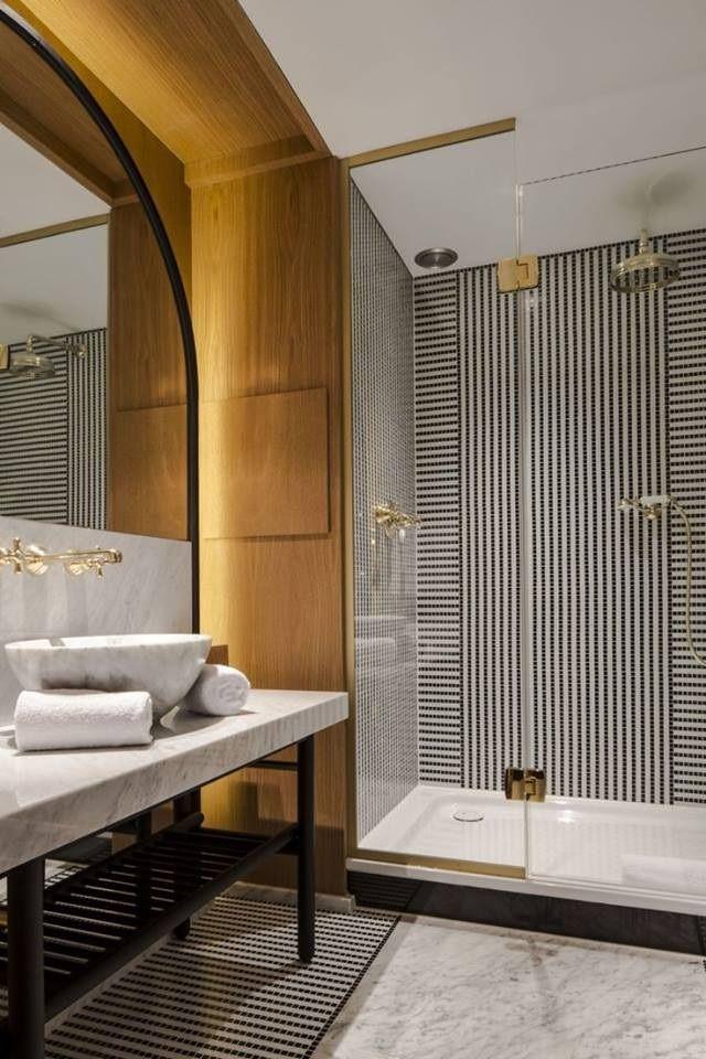 ด ไซน ลายกระเบ องด วยต วเองเป นลายทางส ขาว ดำ ด วยการใช กระเบ องโมเสค ช นเล กมาวางเร ยงต อเป นเส Hotel Style Bathroom Bathroom Design Luxury Bathroom Styling