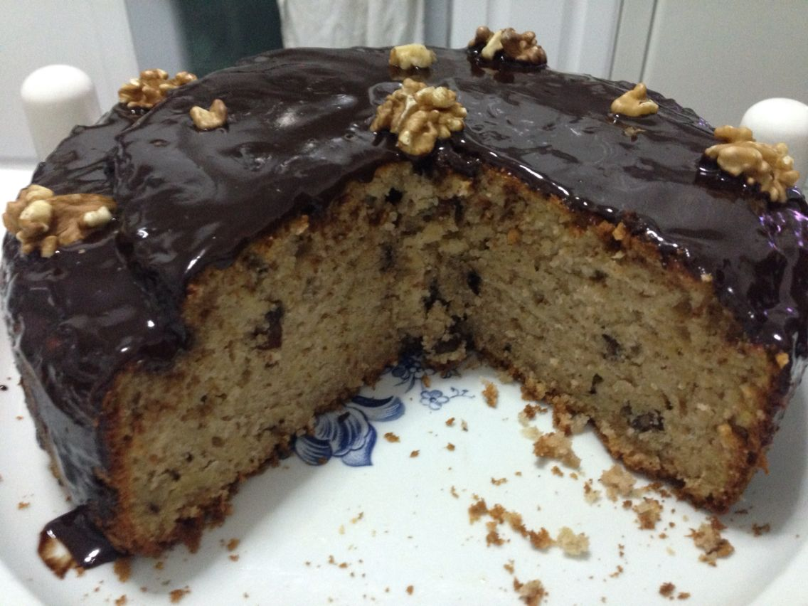 Bolo de maçã e noz, com cobertura de chocolate negro