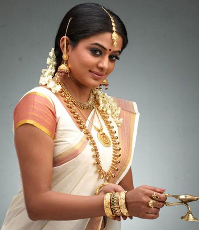 Priyamani In Kerala Traditional Onam Style White Saree