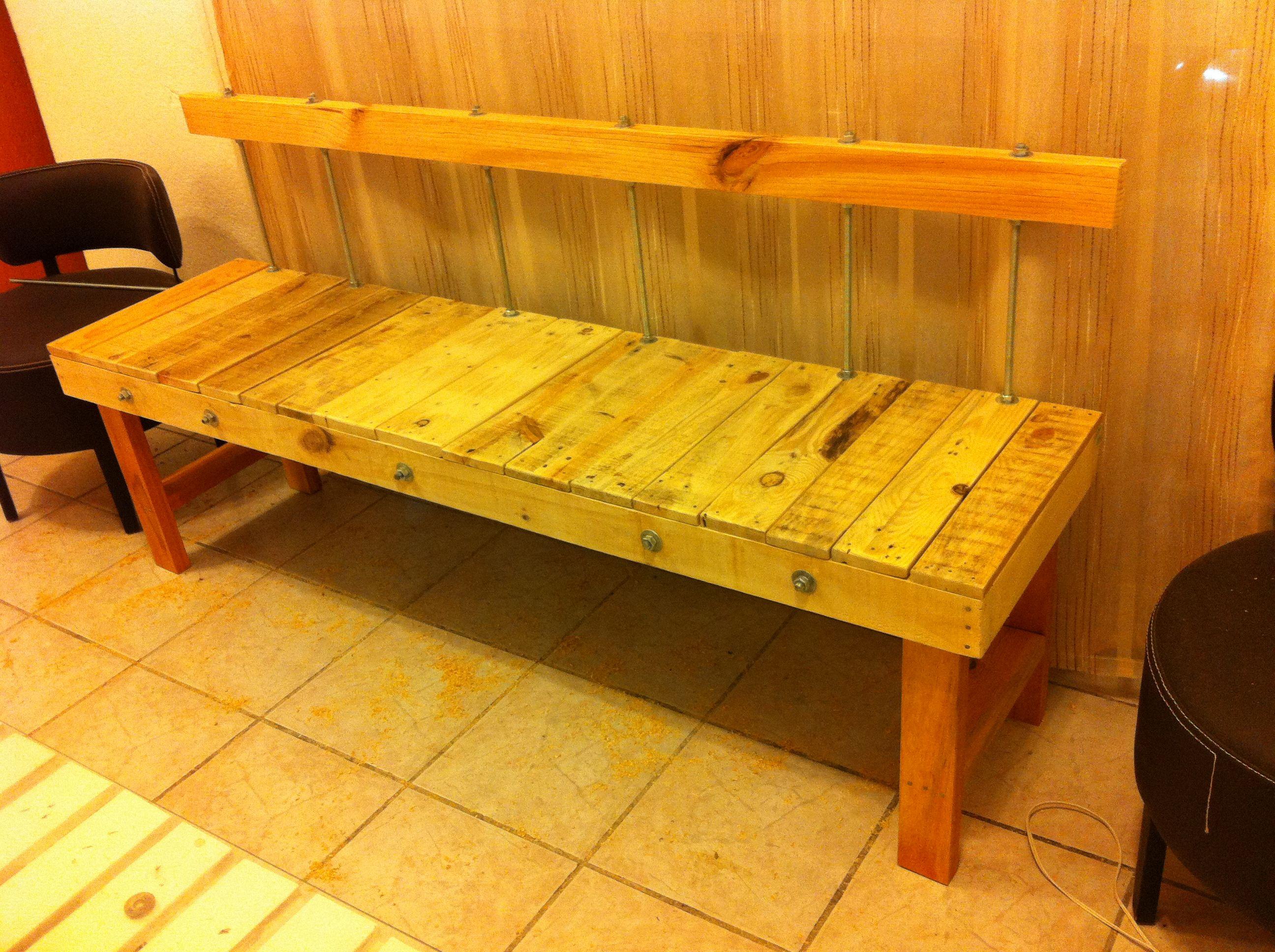 Banco con respaldo de madera rescatada y barrotes de for Bancos de madera para interior baratos