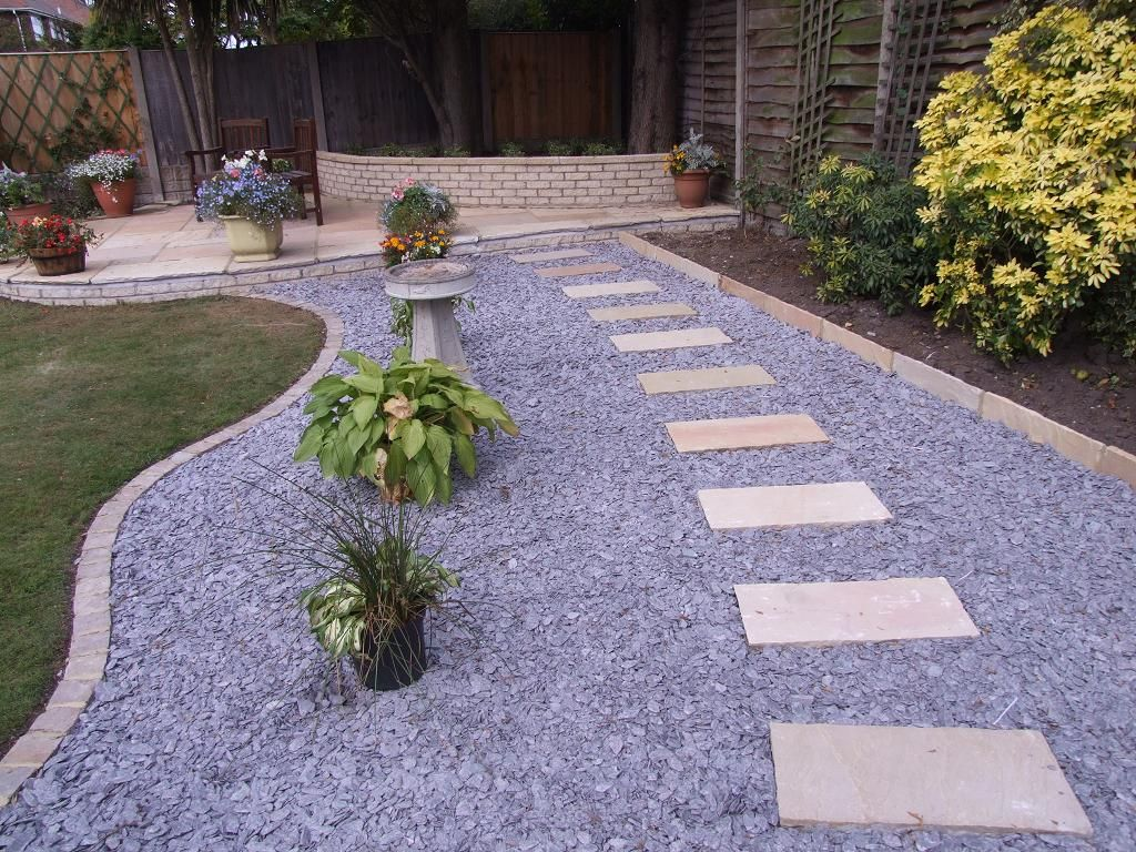 An english garden is cozy with a gravel road look paving for Camino de piedras para jardin