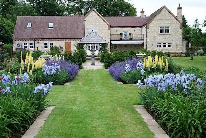 Vordergarten Pflegeleicht Gestalten Grosses Haus Viele Blumen Lavendel Grosser Garten In 2020 Gartendesign Ideen Garten Gestalten Garten