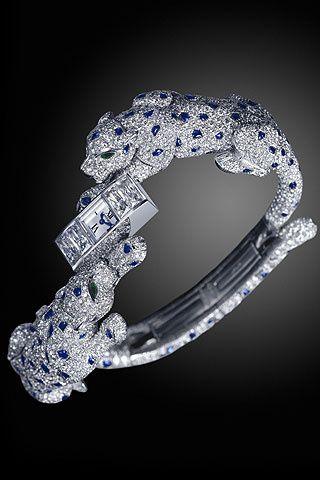 Reloj brazalete con dos panteras de oro blanco, zafiros azules y diamantes, de Cartier.